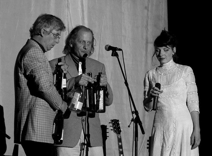 Meret Becker mit Begleitern auf der Bühne
