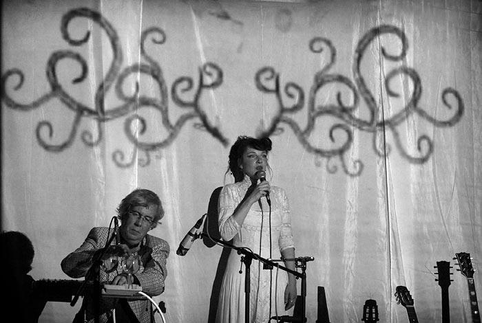 Meret Becker als Sängering auf der Bühne in Mannheim, Alte Feuerwache
