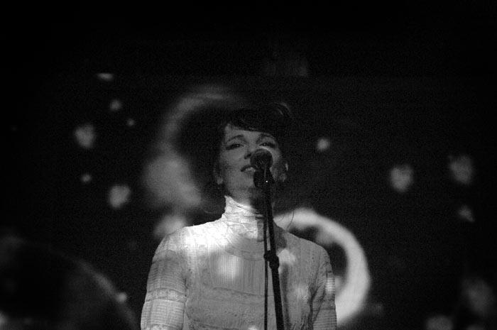 Meret Becker, dunkles Bild in Schwarz-Weiß