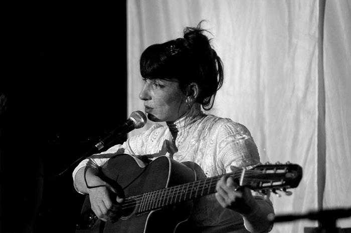Meret Becker als Sänger / Songwriterin