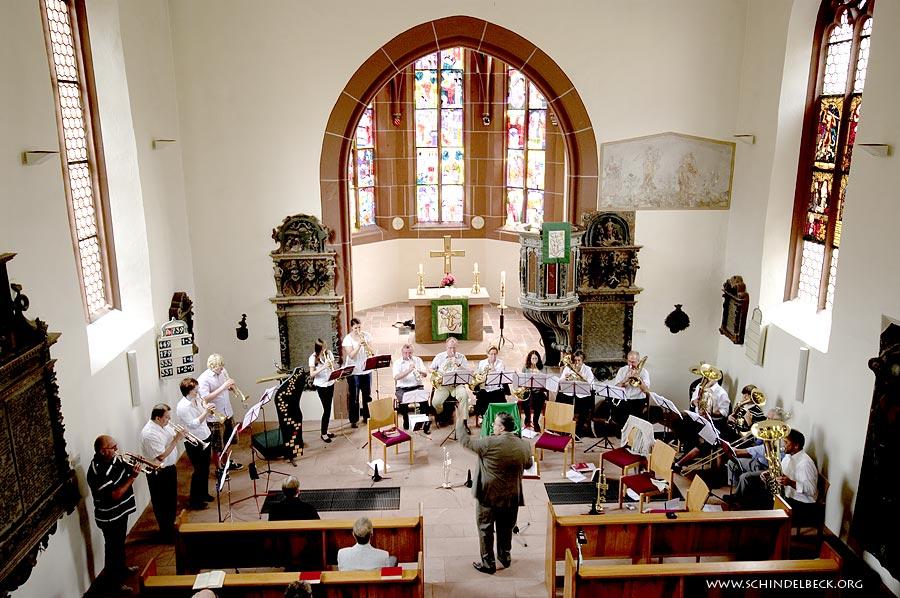 Der Bläserchor Neckarsteinach in der evangelischen Kirche - Fotografie: Frank Schindelbeck