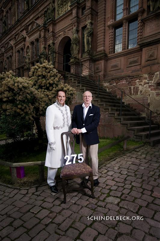 Kevin Tarte, der Studentenprinz als Sesselpate für das Heidelberger Theater